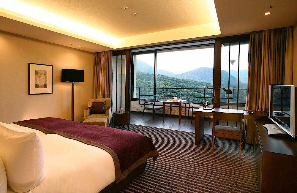 Zimmer mit Balkon, Hyatt Regency Hakone Resort and Spa, Japan Rundreise