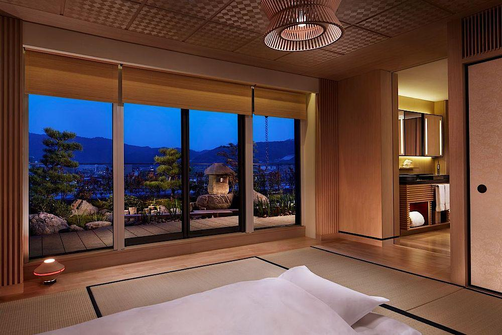 Traditionelles Schlafzimmer mit Ausblick, The Ritz Carlton Kyoto, Hotel, Japan Reise
