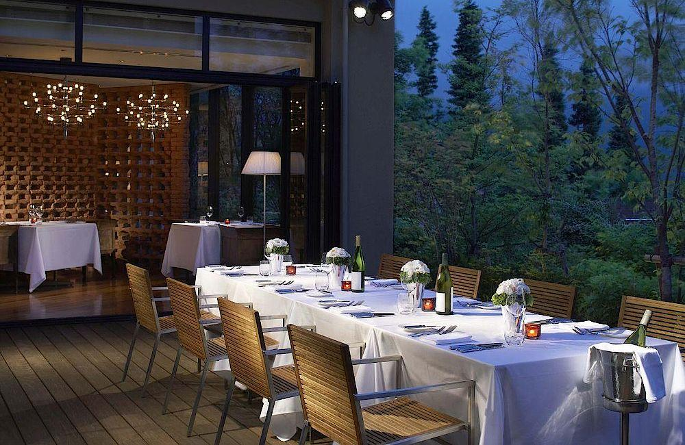 Gedeckter Tisch auf Terasse, Hyatt Regency Hakone Resort and Spa, Japan Rundreise