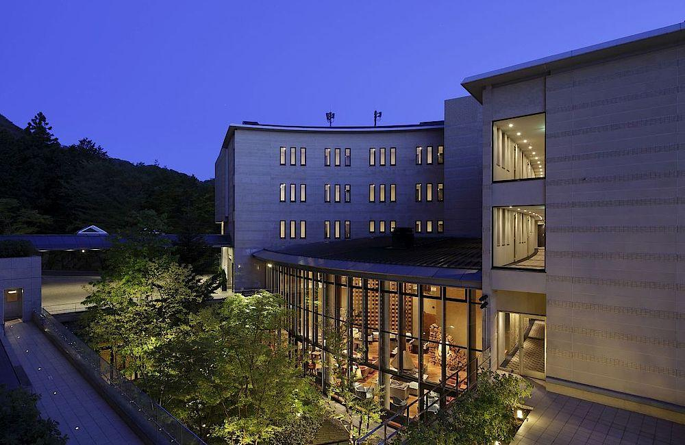 Hotel bei Nacht, Hyatt Regency Hakone Resort and Spa, Japan Rundreise