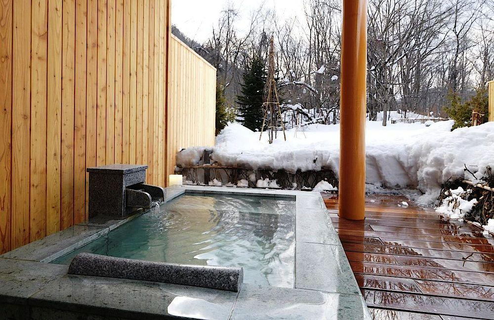 Privater heißer Außenpool ,Hokuten No Oka Lake Abashiri Tsuruga Resort, Japan Rundreise
